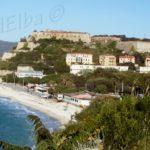 Spiaggia delle Ghiaie e le mura di Forte Falcone Portoferraio