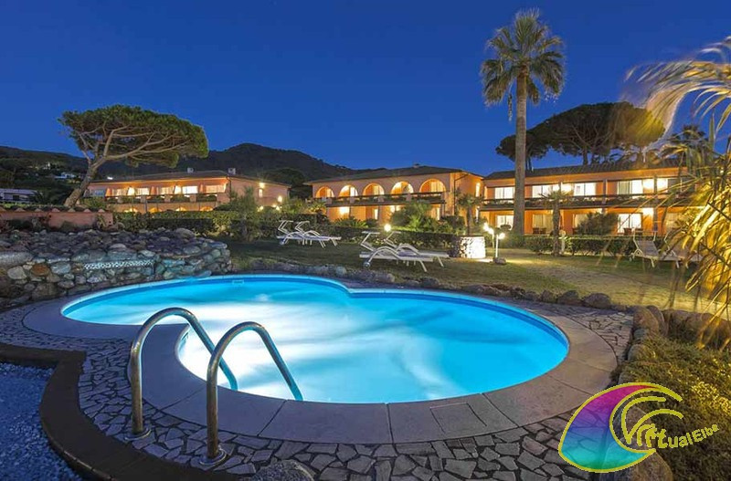 Foto serale della Piscina ed hotel