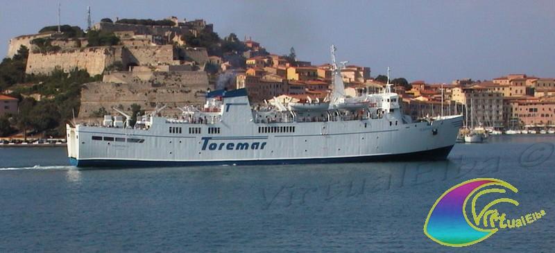 Traghetto che lascia il Porto di Portoferraio