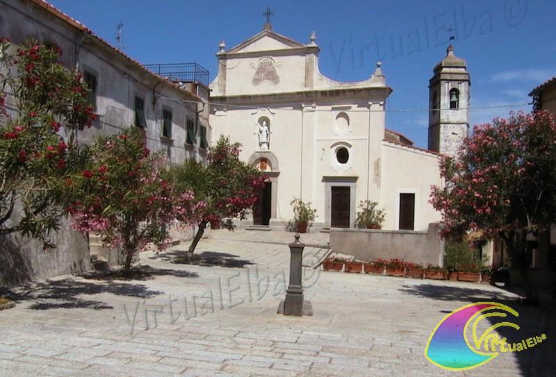 Piazza alle Mura come chiamata dai Santilariesi e la chiesa