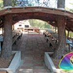 La comoda tettoia con tavoli per le grigliate