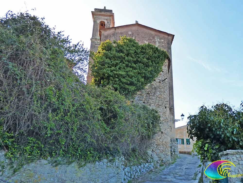 La via lastricata che conduce alla Chiesa di San Defendente