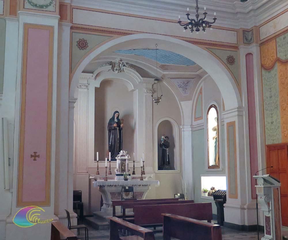 """Nicchia sx con la statua in stucco della """"Madonna Addolorata"""" che sovrasta il Cristo morto."""
