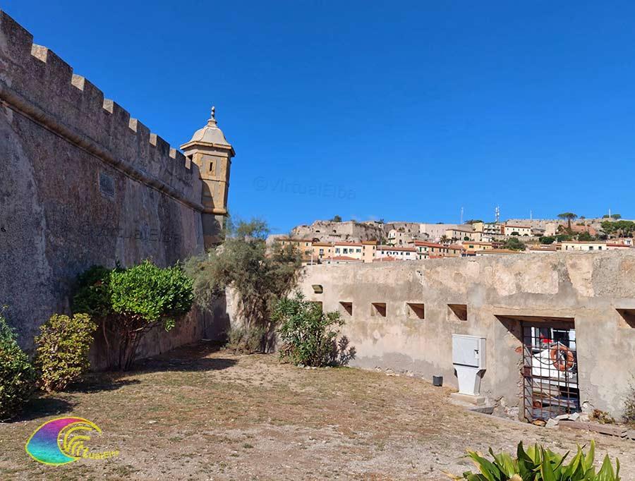 Interno alle mura della Linguella Portoferraio